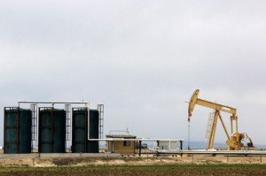 Picture of Oil dips as U.S. storm-hit supply makes slow return