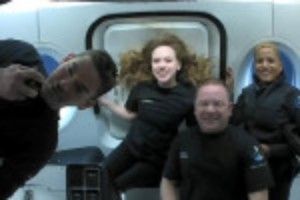 Picture of SpaceX capsule with world's first all-civilian orbital crew heads for splashdown