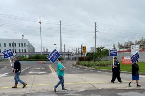 Picture of Exxon begins phone campaign to win Texas refinery worker votes for contract - union
